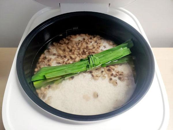 nấu gạo nếp và đậu